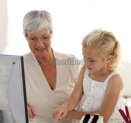 dziewczynka wyjasniajac jej babcia jak korzystac
