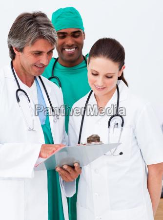 zespol medyczny studiujac historie medyczna