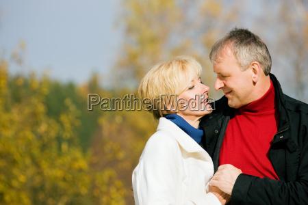 starsi milosnicy w parku