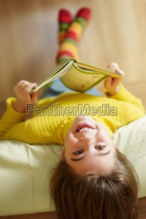 dziewczyna czytania ksiazki