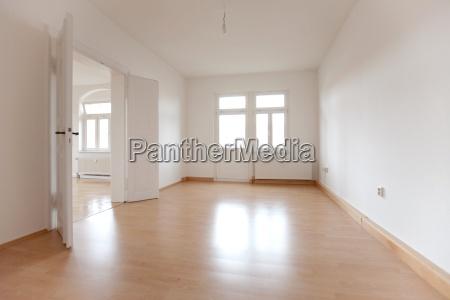 pusta przestrzen stare mieszkanie