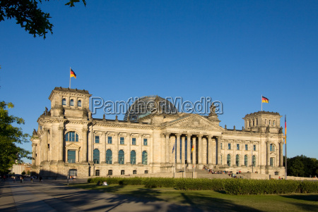 reichstag parlament fasady flagi rzad