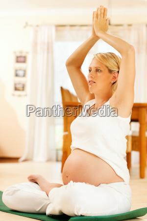 kobieta w ciazy robi joga