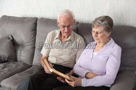 starsza para o czczenie z biblia