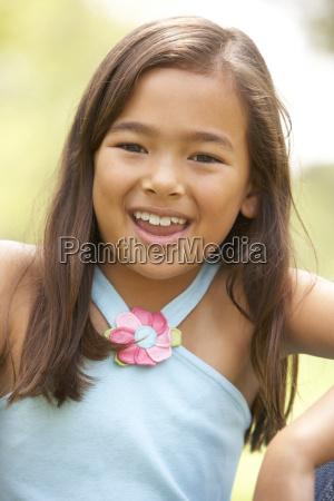 portret mlodej dziewczyny w parku