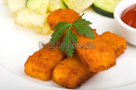 paleczki rybne i salatka ziemniaczana