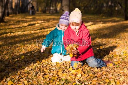 dzieci rzucaja lisci jesienia 4