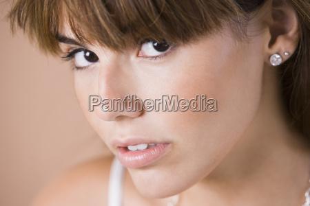 bliska portret mlodej kobiety studio