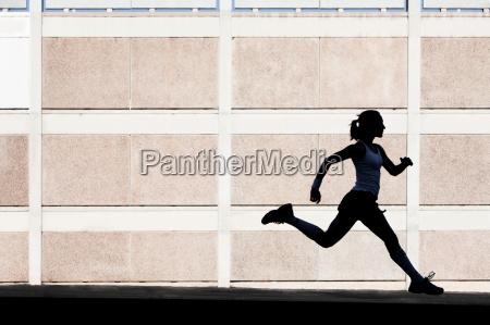 fizycznie kobieta biegnie do cwiczen