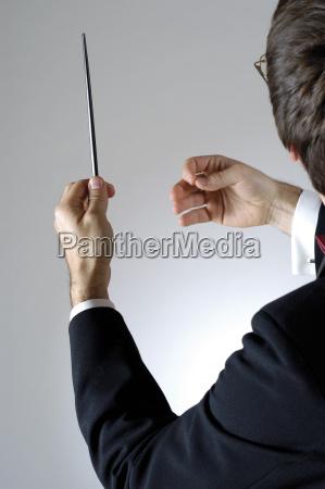 bliskosc dyrygenta trzymajacego paleczke