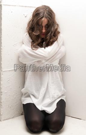 mloda szalona kobieta z kaftanie bezpieczenstwa