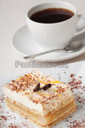 kawalki gruszki i filizanke kawy