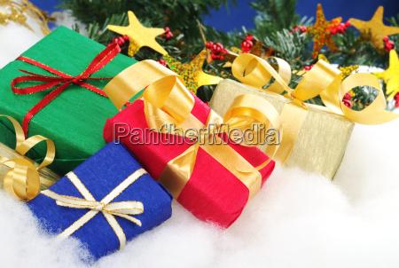 kolorowe prezenty swiateczne