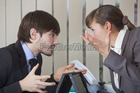 dwoch pracownikow biurowych w konflikcie