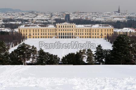 palac schoenbrunn w zimie