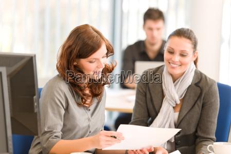 spotkanie biznesowe grupa ludzi w