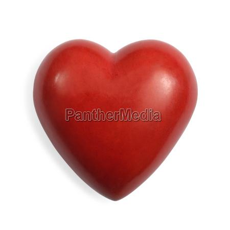 czerwone kamienne serce na bialym tle