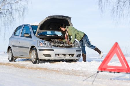 rozklad samochodowy zima kobieta naprawy silnika