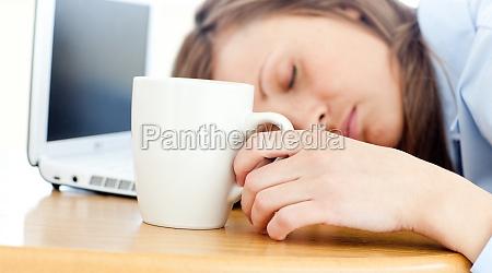 slumbery kobieta spi na stole w