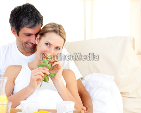zblizenie pary o sniadanie lezacego w