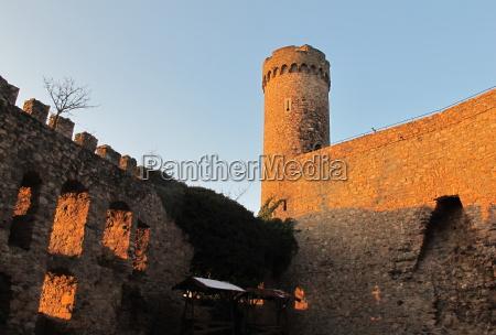 zamek auerbach wieczorem czerwony