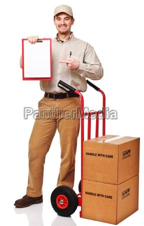 usmiechniety czlowiek dostawa z czerwonym handtruck