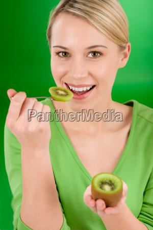 zdrowy styl zycia szczesliwa kobieta trzyma