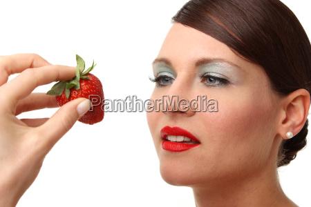kobieta z truskawkami