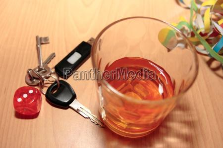 whisky glass i klucze i kostki