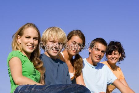 grupa szczesliwych usmiechnietych mlodziezowych