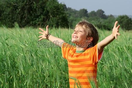 dziecko lato szczesliwy zdrowy