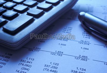 sprawozdanie finansowe z kalkulatorem i dlugopisem