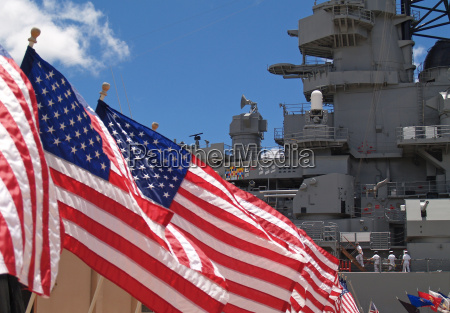 amerykaNskie flagi plywajace obok pancernika missouri