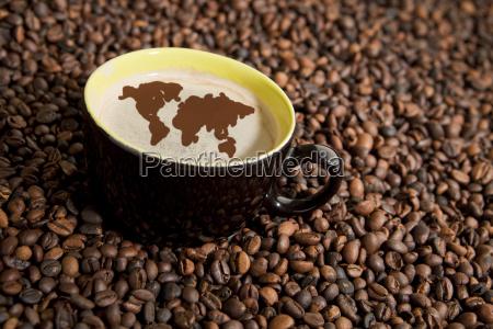 filizanka kawy z ziaren kawy
