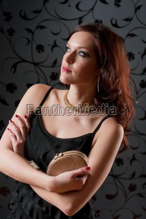 cocktail party kobieta wieczorowa sukienka trzymac