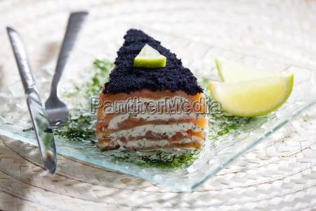 ciasto z wedzonym lososiem z kawiorem