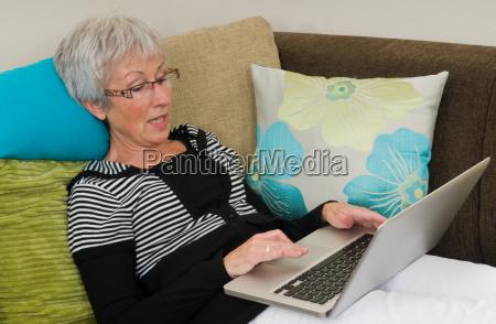 senior kobieta na laptopie 5