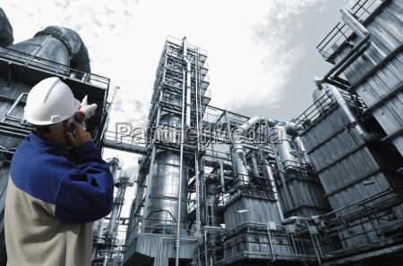 inzynier wskazujac na rafinerii ropy naftowej