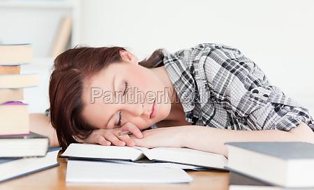 dobrze wygladajacy rudowlosy dziewczyna o odpoczynku