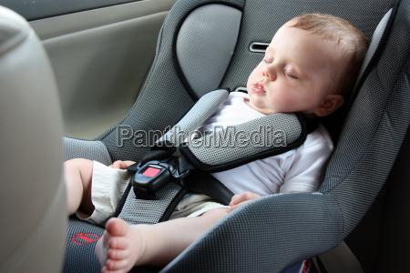 piekne dziecko spiace w foteliku samochodowym
