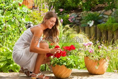 ogrod w lecie szczesliwa kobieta