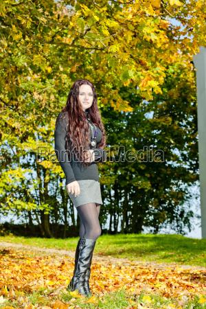 mloda kobieta w jesiennej przyrody