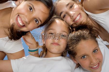 szczesliwy usmiechniety grupa mlodziezy dzieci