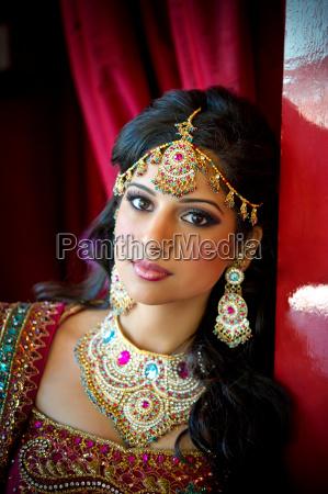 obraz pieknej indyjskiej panny mlodej tradycyjnie
