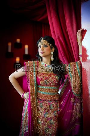 indyjska panna mloda na stojaco