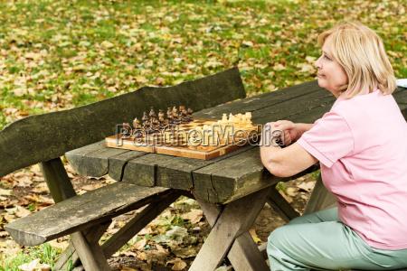osamotniony dojrzaly kobiety obsiadanie na parkowej