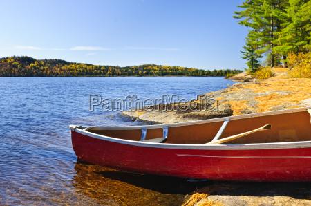 czerwone kajaki na brzegu