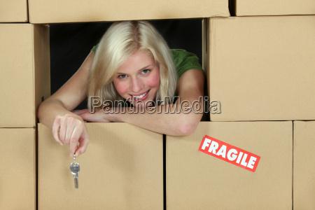 kobieta otoczona kartony