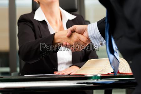 prawnika lub notariusza w swoim biurze