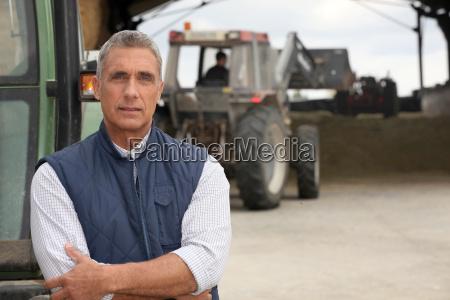rolnikow pracujacych z ciagnikami